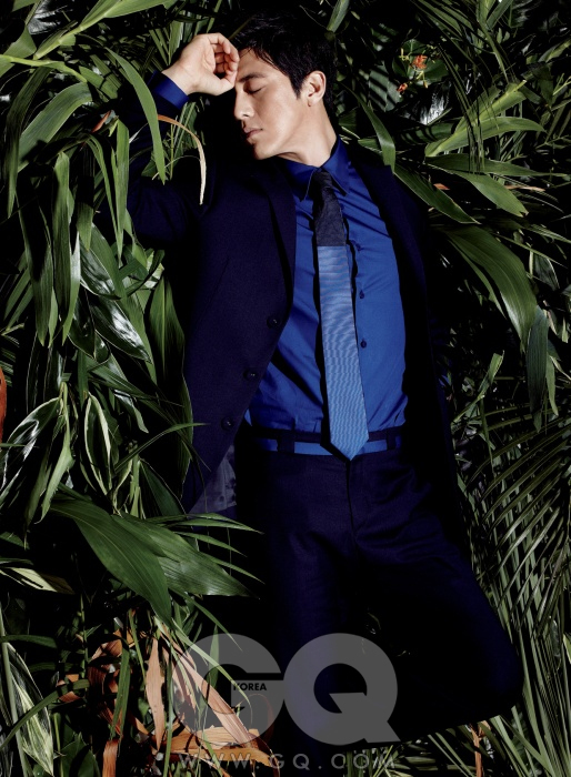 청량한 파란색 셔츠와 남색 수트, 넥타이 모두 니나리치 캡슐 컬렉션.