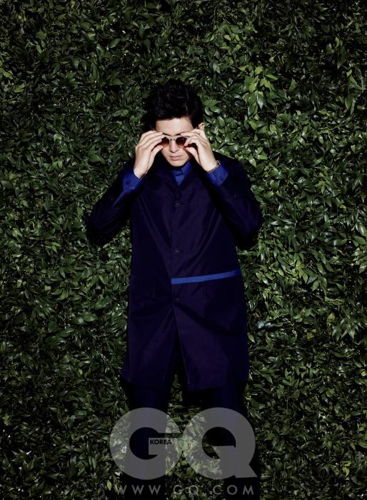 셔츠와 팬츠, 파란 띠가 장식된 트렌치코트 모두 니나리치 캡슐 컬렉션. 선글라스 알로X준지. 시계 브라이틀링.