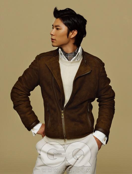 Tom Ford 스웨이드 소재 바이커 재킷과 코듀로이 팬츠, 크림색 니트와 프렌치 커프스 셔츠, 골드 커프링크스와 체크무늬 머플러, 모두 톰 포드.