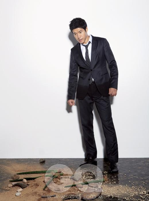 검정색 수트는 엠프리오 아르마니, 흰색 셔츠는 반하트 옴므, 검정 넥타이는 스타일리스트 소장품, 검은 구두는 니나리찌.