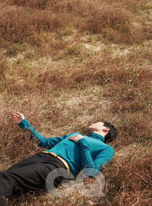 푸른 산호초색 터틀넥 니트, 질 샌더. 회색 팬츠, 에르메스. 겨자색 벨트는 에디터의 것.