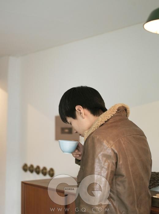 가죽 점퍼 1백10만원대, 이스트 하버 서플러스 by 샌프란시스코 마켓. 하늘빛 회색 찻잔은 로스트란드 제품.