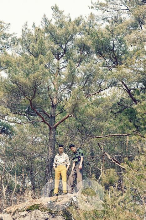 왼쪽부터) 벽지 무늬 셔츠와 겨자색 팬츠 가격 미정, 모두 Z 제냐. 녹색 셔츠 66만원, 버버리 프로섬. 고동색 팬츠 가격 미정, 카루소. 가죽 벨트 가격 미정, Z 제냐.