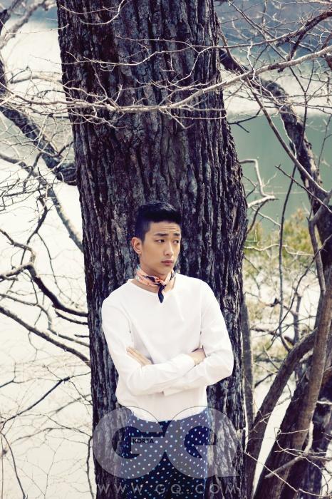 흰색 셔츠 38만5천원, 김서룡 옴므. 도트 무늬 팬츠 가격 미정, 에트로. 스카프 가격 미정, 프라다.