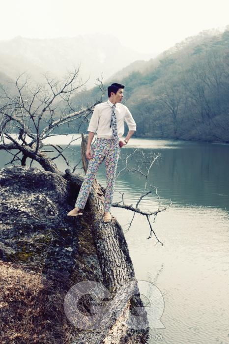 흰색 셔츠 23만8천원, cK 캘빈 클라인. 꽃무늬 팬츠 가격 미정, 프라다. 꽃무늬 타이 가격 미정, 질 샌더. 에스파드류 가격 미정, 살바토레 페라가모. 벤추라 엘비스 애니버서리 스틸 밴드 시계 1백22만원, 해밀턴.