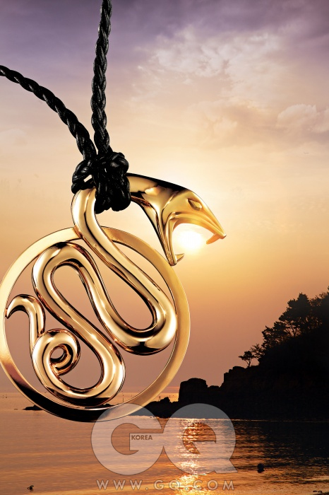 행운의 상징, 뱀을 형상화한 트러블 펜던트 가격 미정, 부쉐론.