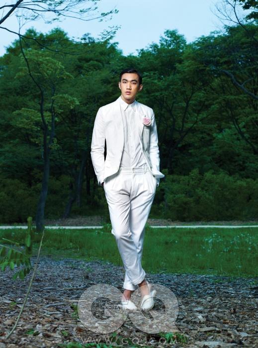 흰색 수트와 셔츠 가격 미정, 모두 돌체 앤 가바나. 흰색 에스파드류 가격 미정, 살바토레 페라가모.
