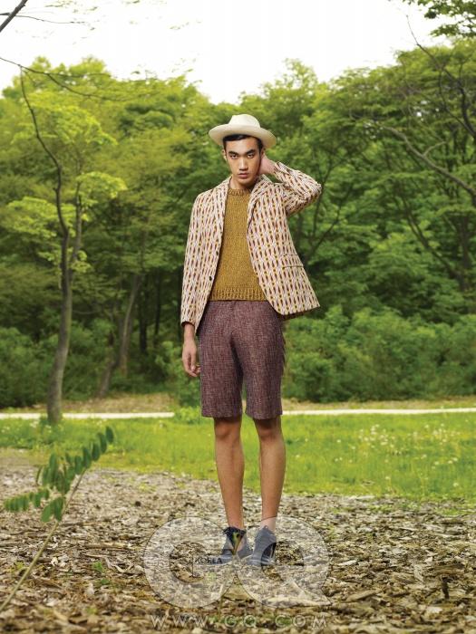 레트로 무늬 재킷과 쇼츠 가격 미정, 앤디앤뎁 커리지. 니트 가격 미정,질 샌더. 남색 샌들 가격 미정,루이비통. 밀짚모자 가격 미정, 살바토레 페라가모.