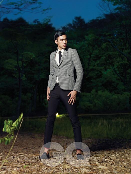 체크무늬 재킷과 검정색 팬츠, 슈즈, 벨트 가격 미정, 모두 구찌. 흰색 리넨 셔츠와 검정색타이 가격 미정, 앤디앤뎁 커리지.