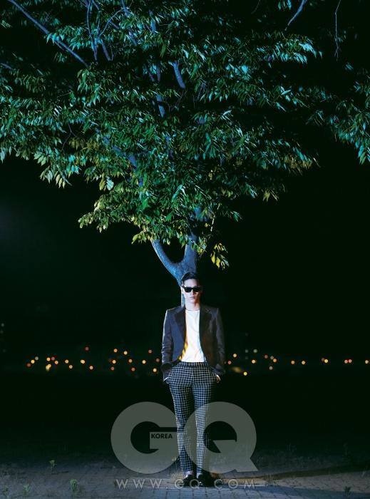 검정색 재킷과 과감한 체크무늬 팬츠, 갈색 태슬 로퍼 가격 미정, 모두 구찌. 흰색 셔츠 38만5천원, 김서룡 옴므. 선글라스 가격 미정, 레이밴 웨이퍼러.