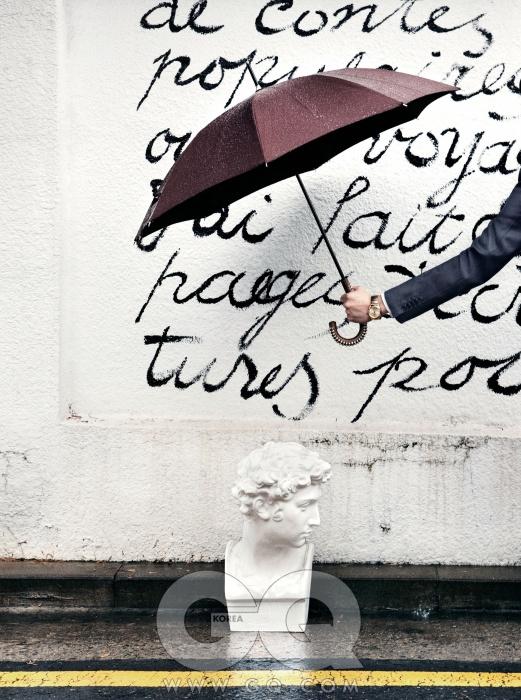GIULIANO손잡이에 스터드가 달린 초콜릿색 우산 가격 미정, 버버리 프로섬. 남색 재킷 가격 미정, 송지오 옴므. 셔츠 48만원, 톰 브라운. 시계 1백26만원, 해밀턴.