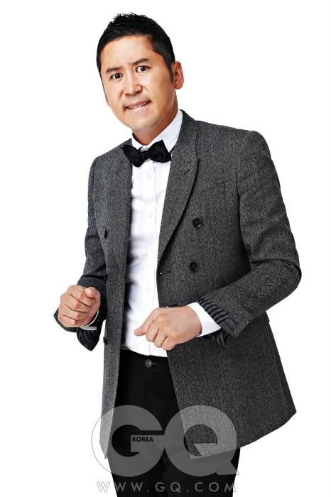 의상 협찬/ 재킷은 존 화이트, 셔츠는 보스 블랙, 녹색 브이넥 니트는 이브 생 로랑 by분더샵 맨, 체크무늬 팬츠는 꼼 데 가르송 옴므 플러스, 오렌지색 포켓치프는 테루티 by 존 화이트, 에나멜 로퍼는 레페토, 양말과 보타이는 스타일리스트의 것.