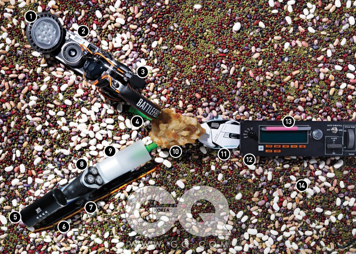 1. 마스터 LED PAR30S는 12와트 조명으로 5만2천원대, 필립스. 2. 렌즈 일체형 카메라 X100은 최저가 1백17만원대, 후지필름. 3. 헤드셋 배틀필드3는 가격 미정, 레이저. 4. 휘어지는 삼각대 미니 딜럭스는 2만원, 엑서리스 by 액션스튜디오. 5. 미니 스피커 붐튜브는 5만 9천원, 액서리스 by 액션스튜디오. 6. 스페인 국기를 연상케 하는 자전거 체인은 3만3천원, KMC by 스펠바운드. 7. 검정색 멀티툴 블랙 뉴 웨이브는 14만7천원, 레더맨 by 한강사. 8. 면도기 아쿠아터치는 최저가 10만원대, 필립스. 9. 양초모양 조명은 5만원대, 필립스.10. 황수정 원석은 가격미정, 크리스탈환타지. 11. 게임에 최적화 해서 만든 R.A.T.7 컨테이젼은 14만5천원, 사이보그 by 에이스알파. 12. 비행 시뮬레이션용 멀티패널은 18만7천원, Saitek by 에이스알파. 13. 태블릿PC용 스타일러스 펜 은 최저가 3만5천원, 와콤. 14. 사용된 콩은 개파리동부, 강낭콩, 호랑이울타리콩, 작두콩, 제비울타리콩, 적두, 녹두, 선비콩.