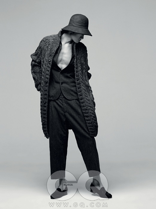ROLIAT 거친 울 소재 재킷과 길이가 짧은 팬츠, 두툼한 실로 폭신하게 짠 니트 코트, 모자 가격 미정, 모두 홍승완의 로리엣 2012 F/W 컬렉션.