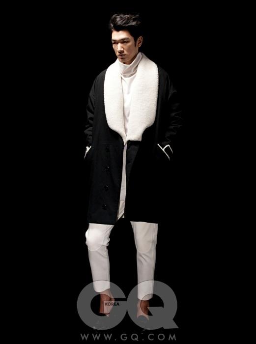 CY CHOI 복슬한 퍼를 덧댄 둥근 코트와 흰색 터틀넥, 무릎에 패치 장식이 있는 크림색 팬츠 가격 미정, 모두 최철용의 씨와이 초이 2012 F/W 컬렉션.