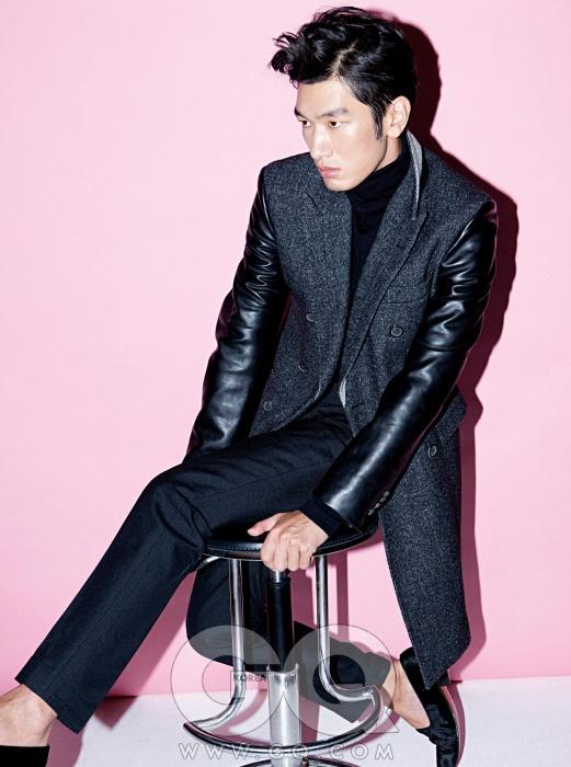 LEIGH 검정 가죽 소매의 회색 코트, 지퍼 장식이 있는 날씬한 검정 팬츠, 검정 터틀넥 가격 미정, 모두 이상현의 레이 2012 F/W 컬렉션.