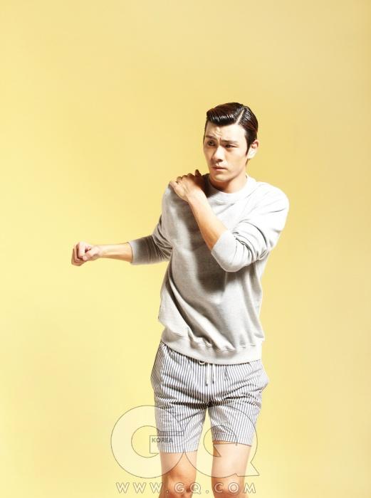 회색 스웨트 셔츠 47만원, 빅터 앤 롤프 by 쿤. 줄무늬 쇼츠 가격 미정, 에르마노설비노.