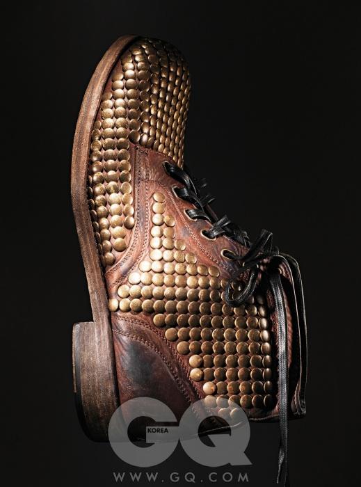 Dolce & Gabbana 구두 전체에 골드 스터드 장식을 한 빈티지 부츠 가격 미정, 돌체&가바나.
