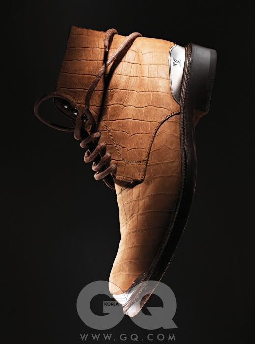 Louis Vuitton앞코와 뒤꿈치에 반짝거리는 메탈 장식을 더한 악어 가죽 부츠 가격 미정, 루이 비통.