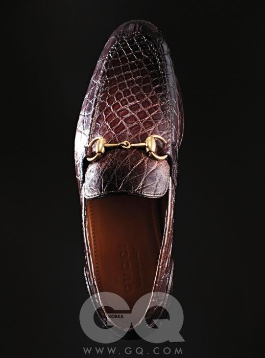 Gucci정통 홀스빗 메탈 장식의 악어가죽 로퍼 2백91만원, 구찌.