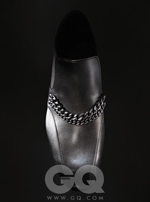 Bottega Veneta검정 체인 장식의 매끈한 로퍼 1백40만원, 보테가 베네타.