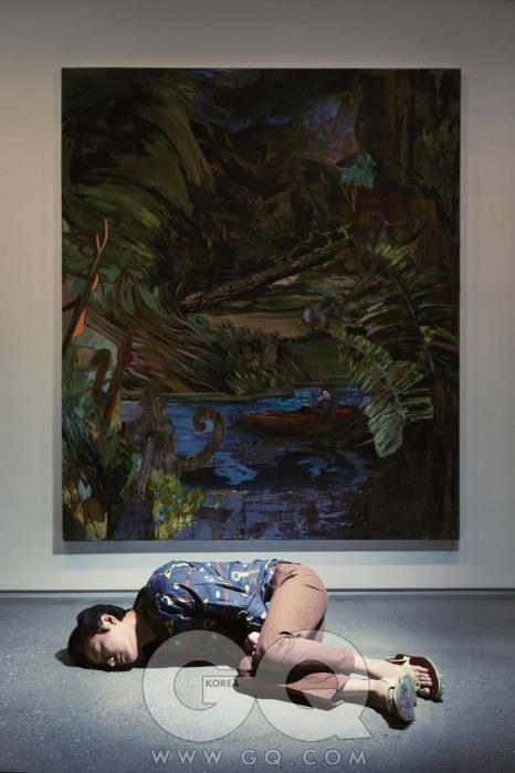 헤르난 바스 [A brief suspension of disbelief] 2012, 213.4 x 182.9cm, 리넨 위에 아크릴릭, 실크스크린, 블록 프린트. / 의상 협찬: 셔츠와 바지 모두 Z 제냐, 신발은 우영미컬렉션