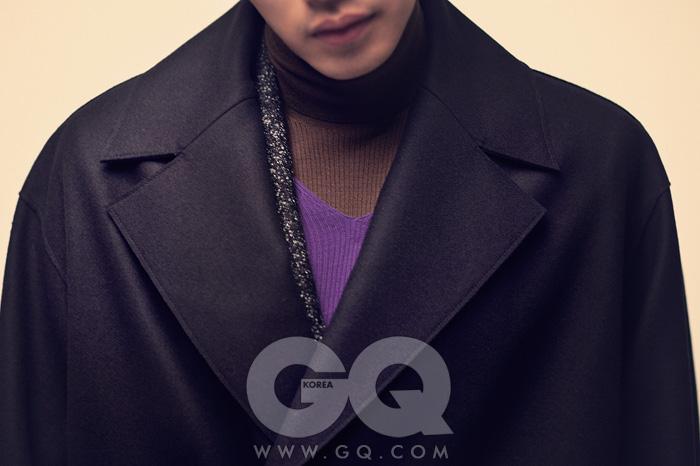 코트와 재킷 가격 미정, 모두 캘빈클라인 컬렉션. 브이넥 스웨터와 터틀넥 가격 미정, 모두 프라다.