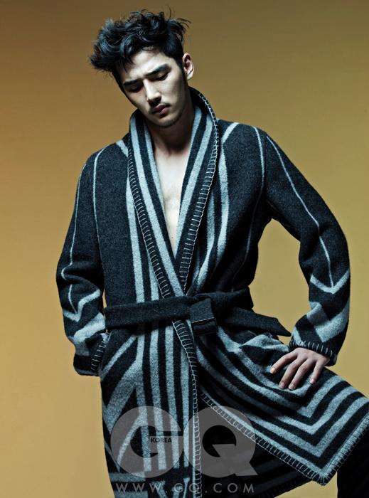 로브 타입의 줄무늬 니트 코트 가격 미정, 루이 비통. 회색 팬츠 가격 미정,보테가 베네타.
