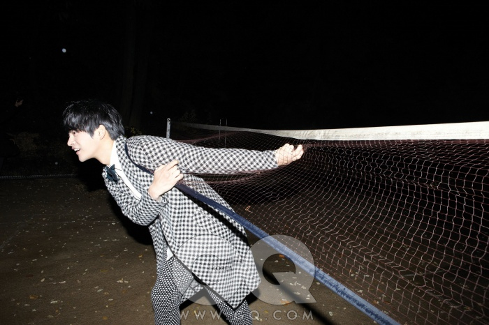 턱시도 재킷과 조끼는 장광효 카루소, 셔츠는 CY Choi, 보타이는 스타일리스트의 것.