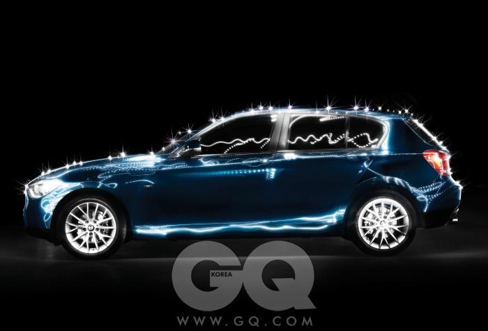 2013 BMW 120d 어반라인BMW가 소형 수입차 시장에 던진 공격적인 출사표다.120d는 BMW 사상 최초로 3천만원대에 살 수 있는 자동차이기도 하다. 1,995cc 직렬 4기통 디젤 엔진이 최고출력 143마력, 최대토크 32.7kg.m을 낸다. 최고속도는 시속 212킬로미터, 시속 100킬로미터까지 가속하는 데 걸리는 시간은 단 8.6초다. 이 차를 타고 달리는 일은 어디서든 호쾌하다. 한남대교나 소월길, 고속도로라도 아쉬움을 느낄 겨를이 없다. 인테리어는 여느 BMW의 철학과 디자인 언어를 그대로, 귀엽게 계승했다. 밖에서는 상대적으로 길어 보이는 보닛과 짧은 해치백 엉덩이 사이의 절묘한 비율에 감탄하게 될 것이다. 이렇게 도전적인 차를 출시하면서, BMW는 아무것도 포기하지 않았다. 작지만 당차다. 충분히 고급하면서도 합리적이다. 자, 이제 누가 긴장할 차례일까?