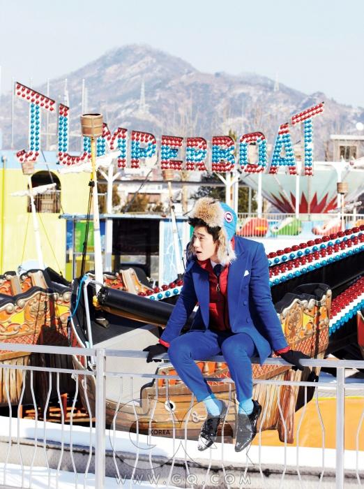 파란색 재킷1백49만원, 팬츠49만8천원, 넥타이가격 미정, 모두 김서룡옴므. 흰색 셔츠가격 미정, 프라다.빨간색 패딩 점퍼21만8천원, 메종 by샌프란시스코 마켓.파란색 패딩 모자39만원, 캐나다 구스.