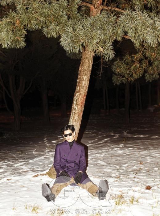 검정색 터틀넥과 면셔츠, 보라색 더블브레스티드 코트, 갈색팬츠 가격 미정, 모두프라다. 스웨이드 장갑가격 미정, 송지오옴므. 선글라스는레이밴 웨어페어러.