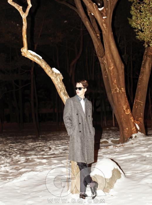 회색 더블 브레스티드 코트와 투박한 검정 구두 가격 미정, 모두 루이 비통. 칼라에 독특한 그래픽 패턴이 있는 셔츠와 검정 팬츠 가격 미정, 모두 우영미.