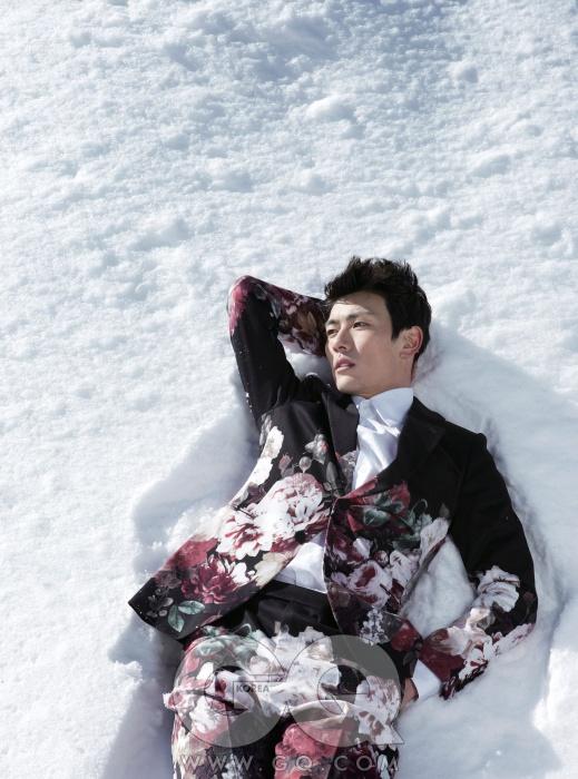 꽃 회화가돋보이는 검정수트와 흰색 셔츠가격 미정, 모두김서룡 옴므.