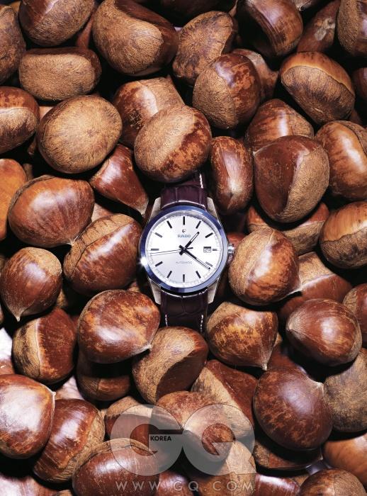 우주선에 쓰이는 세라모스를 사용, 하이테크 세라믹으로 몸체를 단번에 떠낸 시계. 하이퍼크롬 오토매틱 2백60만원대, 라도.