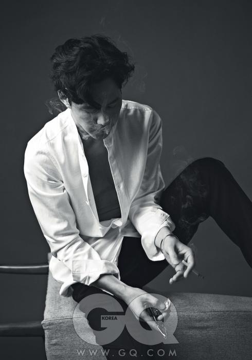 흰색 셔츠는 장광효 카루소, 남색 바지는 랑방, 화이트 골드 팔찌는 까르띠에.