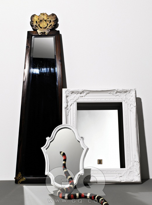 옛 거울에 모티브가 있는 세련된 사다리꼴 거울1백80만원, KCDF. 곡선 틀로 된 거울 9만8천원, 사각 틀로 된 거울 35만2천원, 모두 리비에라 메종. 뱀은 애프캇프애플란밀크.