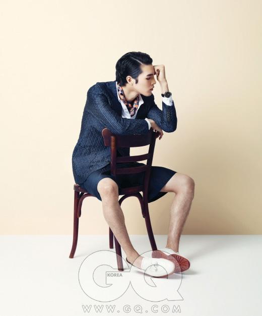 시원한 남색 재킷, 흰색 셔츠, 짙은 남색 쇼츠, 밝은 주황색 다미에 문양이 돋보이는 머플러, 흰색 태슬 로퍼, 시계 모두 루이 비통.