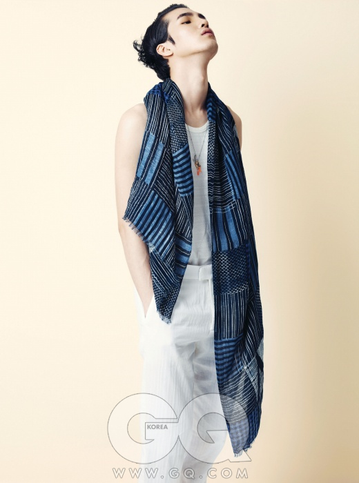시원한 흰색 리넨 바지, 슬리브리스 티셔츠, 파란색 머플러, 목걸이 모두 루이 비통.