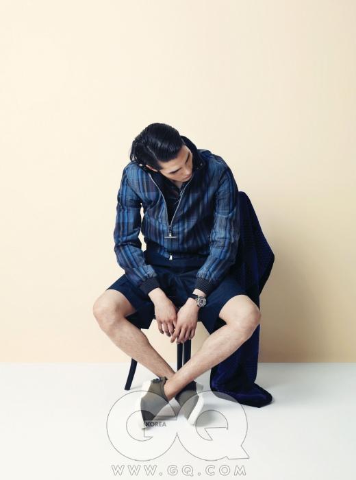양면으로 입을 수 있는 집업 블루종, 얇은 소재가 멋스러운 셔츠, 무릎 길이의 쇼츠, 시계, 신발, 머플러, 비치타월 모두 루이 비통.