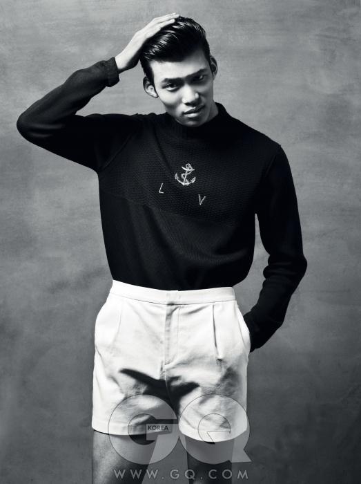 촘촘히 짠 스웨터 가격 미정, 루이 비통. 흰색 쇼츠 가격 미정, 노앙.