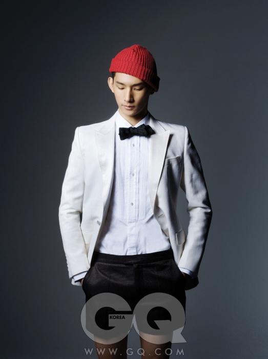 턱시도 재킷, 셔츠, 보타이 가격 미정, 모두 구찌. 검정색 쇼츠 38만5천원, 김서룡 옴므. 비니는 에디터의 것.