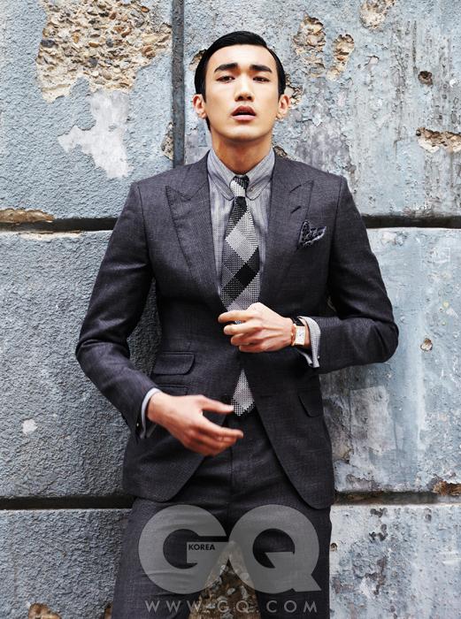 회색 수트와 줄무늬 셔츠,체크 무늬 넥타이, 커프링크스, 포켓스퀘어, 타이 바 가격 미정, 모두톰 포드.까레 클래식 303 시계 2백만원대, 프레데릭 콘스탄트.
