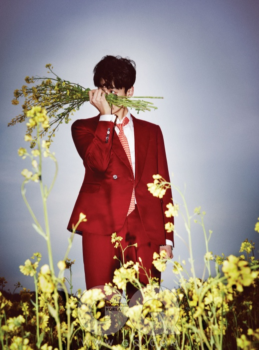 장미색 재킷 3백만원대, 팬츠 가격 미정, 화이트 셔츠 70만원대, 모두 구찌. 물결 무늬 타이 가격 미정, 살바토레 페라가모.
