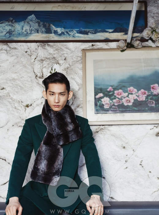 진한 녹색 더블 브레스티드 수트와 퍼 머플러, 김서룡 옴므 2013 FW 컬렉션.