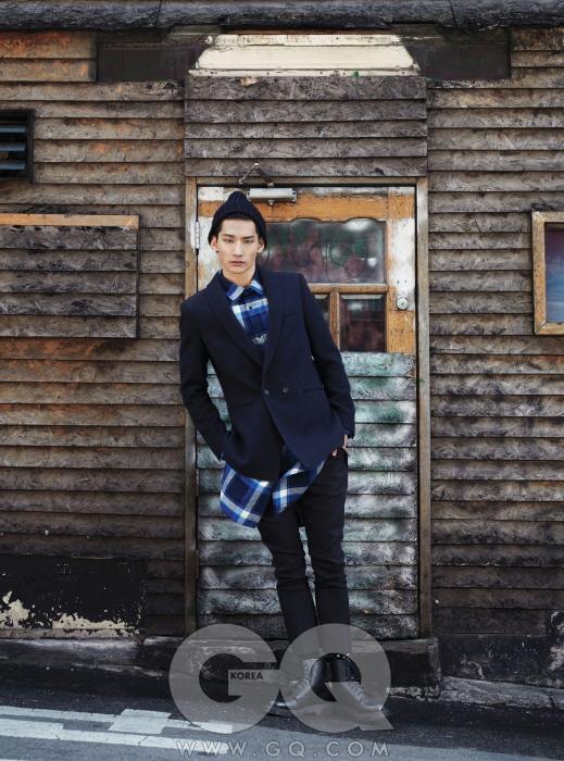 숄칼라 네이비 블루 재킷과 폭이 좁은 팬츠, 체크무늬 셔츠, 니트 비니와 도트 무늬 양말, 문수 권 2013 FW 컬렉션. 검정 부츠는 닥터 마틴.
