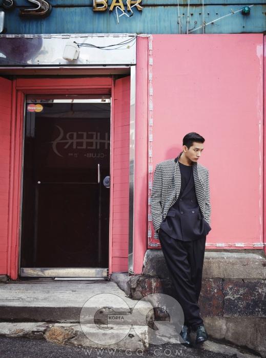 유연한 선의 검정 더블 브레스티드 수트와 덧입은 하운드투스 체크 재킷, 청록색 부츠, 장광효 카루소 2013 FW 컬렉션.