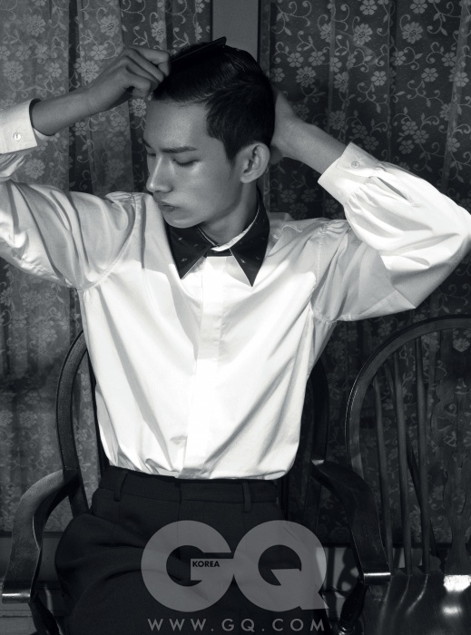 소매 모양이 우아한 흰색 셔츠와 도톰한 검정 팬츠, CY CHOI 2013FW 컬렉션.
