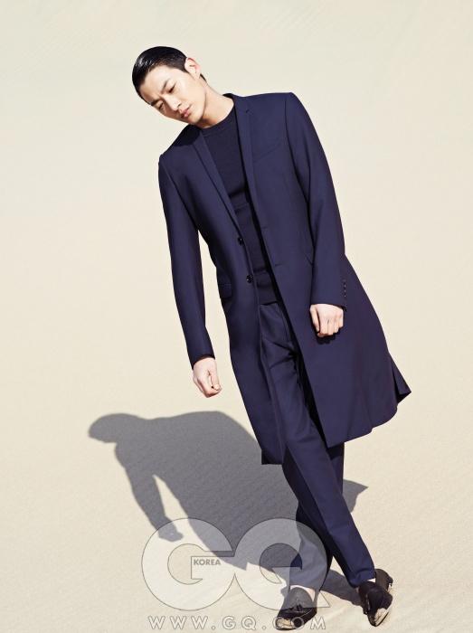 짙은 파란색 코트, 니트, 팬츠 가격 미정, 모두 디올 옴므. 로퍼 가격 미정, 에르메네질도 제냐.