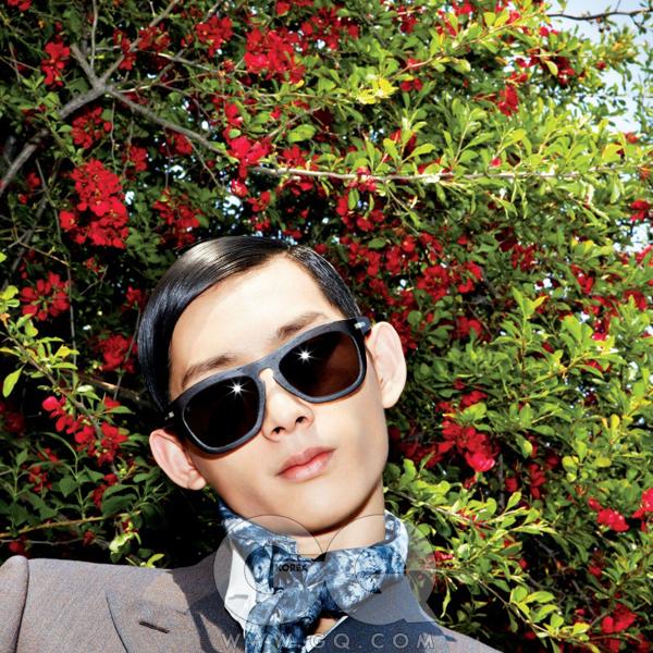 프레임이 큰 갈색포제션 선글라스가격 미정, 루이비통.회색 수트와 셔츠,파란색 스카프 가격미정, 모두 루이 비통.